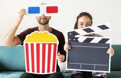 Κινηματογράφος προσοχής ζεύγους στο σπίτι από κοινού στοκ εικόνα με δικαίωμα ελεύθερης χρήσης