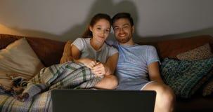 Κινηματογράφος προσοχής ζεύγους στο lap-top στο σπίτι 4k φιλμ μικρού μήκους