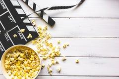 Κινηματογράφος προσοχής με popcorn στην ξύλινη τοπ άποψη υποβάθρου Στοκ εικόνα με δικαίωμα ελεύθερης χρήσης