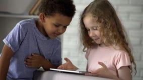 Κινηματογράφος προσοχής μικρών παιδιών και κοριτσιών στην ταμπλέτα στον παιδικό σταθμό, πρόωρη ανάπτυξη στοκ φωτογραφία με δικαίωμα ελεύθερης χρήσης