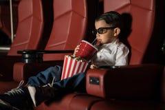 Κινηματογράφος προσοχής μικρών παιδιών σε ένα θέατρο κινηματογράφων Στοκ Φωτογραφίες