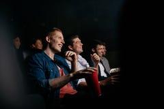 Κινηματογράφος προσοχής ομάδας ανθρώπων στο θέατρο Στοκ εικόνα με δικαίωμα ελεύθερης χρήσης
