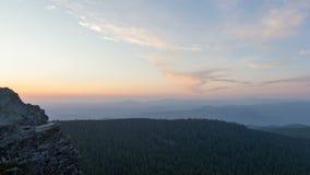 Κινηματογράφος χρονικού σφάλματος της κίνησης των σύννεφων και του μπλε ουρανού στο ηλιοβασίλεμα από το βουνό αγριόπευκων στο Πόρ Στοκ Φωτογραφίες
