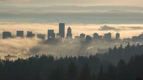 Κινηματογράφος χρονικού σφάλματος της κυλώντας πυκνής παχιάς ομίχλης πέρα από τη στο κέντρο της πόλης εικονική παράσταση πόλης στ φιλμ μικρού μήκους