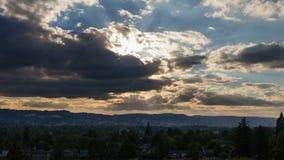 Κινηματογράφος χρονικού σφάλματος του ηλιοβασιλέματος με τα σκοτεινούς κινούμενους σύννεφα και το μπλε ουρανό πέρα από την πόλη τ Στοκ Εικόνα