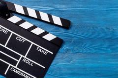 Κινηματογράφος clapperboard στην ξύλινη τοπ άποψη επιτραπέζιου υποβάθρου copyspace Στοκ Εικόνες