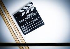 κινηματογράφος 35mm filmstrip με clapper τον πίνακα, εκλεκτής ποιότητας χρώμα, horizont Στοκ Φωτογραφίες