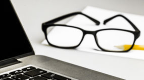 Κινηματογραφήσεις σε πρώτο πλάνο στα γυαλιά στο lap-top Στοκ φωτογραφία με δικαίωμα ελεύθερης χρήσης