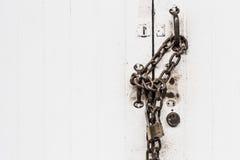 Κινηματογραφήσεων σε πρώτο πλάνο άσπρο πορτών σκληρό κλείδωμα αλυσίδων grunge κλειδαριών παλαιό Στοκ φωτογραφίες με δικαίωμα ελεύθερης χρήσης