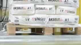 Κινηματογραφήσεων σε πρώτο πλάνο σωρός τσαντών γύψου που μεταφέρεται μεγάλος από το μεταφορέα φιλμ μικρού μήκους