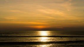 Κινηματογραφία του ηλιοβασιλέματος πέρα από τον ωκεανό - Timelapse του όμορφου πορτοκαλιού ήλιου που θέτει στη θάλασσα - χρόνος-σ απόθεμα βίντεο