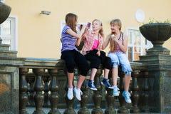 κινητά τηλέφωνα κοριτσιών &epsilo Στοκ Εικόνες