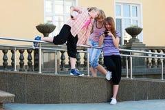 κινητά τηλέφωνα κοριτσιών &epsilo Στοκ φωτογραφία με δικαίωμα ελεύθερης χρήσης