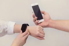 Κινητά τηλέφωνα και έξυπνο ρολόι Στοκ φωτογραφίες με δικαίωμα ελεύθερης χρήσης