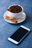 Κινητά anis κανέλας σπόρων φλιτζανιών του καφέ τηλεφωνικών προτύπων Στοκ φωτογραφία με δικαίωμα ελεύθερης χρήσης