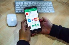 κινητά apps για να αγοράσει τα εισιτήρια αεροπλάνων στοκ εικόνα με δικαίωμα ελεύθερης χρήσης