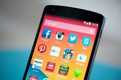 Κινητά apps στο δεσμό 5 Google Στοκ φωτογραφία με δικαίωμα ελεύθερης χρήσης