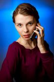 κινητές νεολαίες τηλεφωνικών γυναικών Στοκ φωτογραφία με δικαίωμα ελεύθερης χρήσης