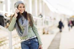 κινητές νεολαίες τηλεφ&omeg Στοκ φωτογραφία με δικαίωμα ελεύθερης χρήσης