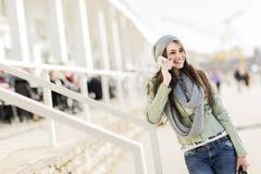 κινητές νεολαίες τηλεφ&omeg Στοκ Εικόνες