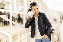 κινητές νεολαίες τηλεφ&omeg Στοκ εικόνες με δικαίωμα ελεύθερης χρήσης