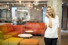 κινητές νεολαίες τηλεφ&omeg Στοκ Φωτογραφία
