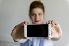 κινητές νεολαίες τηλεφ&omeg Στοκ Φωτογραφίες