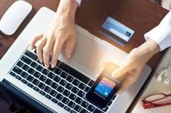 Κινητές πληρωμές, άτομο που χρησιμοποιούν τις κινητές πληρωμές και την πιστωτική κάρτα για on-line να ψωνίσει Στοκ Εικόνες