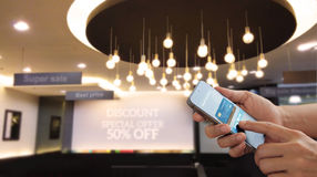 Κινητές πληρωμές, άτομο που χρησιμοποιούν το smartphone και την πιστωτική κάρτα για on-line να ψωνίσει στην οθόνη, κανάλι omni κα στοκ φωτογραφίες