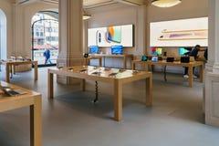 Κινητές τηλέφωνα και iPad ταμπλέτες IPhone για την πώληση στη Apple Store Στοκ Εικόνες