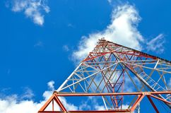 Κινητές τηλεφωνικές κυψελοειδείς τηλεπικοινωνίες ραδιο πύργος κεραιών TV ενάντια στο μπλε ουρανό Στοκ Φωτογραφίες