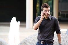 κινητές τηλεφωνικές νεολαίες ατόμων Στοκ Φωτογραφίες