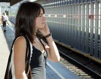 κινητές τηλεφωνικές νεολαίες κοριτσιών Στοκ Εικόνες