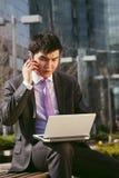 κινητές τηλεφωνικές ομιλούσες νεολαίες επιχειρηματιών Στοκ Φωτογραφίες