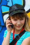 κινητές τηλεφωνικές ομιλούσες νεολαίες κοριτσιών Στοκ Εικόνες