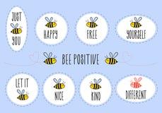 Κινητήρια αποσπάσματα με τη χαριτωμένη μέλισσα, διανυσματικό σύνολο αυτοκόλλητων ετικεττών στοκ φωτογραφία με δικαίωμα ελεύθερης χρήσης