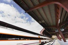 Τραίνο στο σταθμό πλατφορμών Στοκ Φωτογραφίες