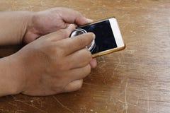 Κινητή έννοια υγείας - χέρι που επιθεωρεί ένα smartphone χρησιμοποιώντας ένα ste Στοκ Φωτογραφίες