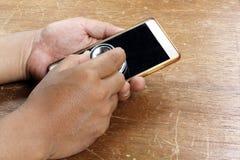 Κινητή έννοια υγείας - χέρι που επιθεωρεί ένα smartphone χρησιμοποιώντας ένα ste Στοκ φωτογραφία με δικαίωμα ελεύθερης χρήσης