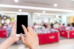 Κινητή εικόνα τηλεφώνων και θαμπάδων χρήσης κοριτσιών μέσα στη λεωφόρο Στοκ φωτογραφίες με δικαίωμα ελεύθερης χρήσης