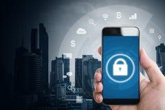 Κινητή εφαρμογή και σε απευθείας σύνδεση σύστημα ασφαλείας Διαδικτύου Χέρι που χρησιμοποιεί το κινητό έξυπνο τηλέφωνο με τα εικον Στοκ φωτογραφία με δικαίωμα ελεύθερης χρήσης