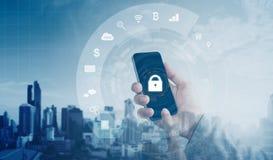 Κινητή εφαρμογή και σε απευθείας σύνδεση σύστημα ασφαλείας Διαδικτύου Χέρι που χρησιμοποιεί το κινητό έξυπνο τηλέφωνο με τα εικον Στοκ εικόνες με δικαίωμα ελεύθερης χρήσης