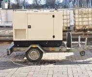 Κινητή εφεδρική γεννήτρια diesel με τις δεξαμενές καυσίμων υπαίθριες στοκ εικόνες