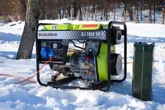 Κινητή ηλεκτρική γεννήτρια που τρέχει τον κρύο χειμώνα στοκ φωτογραφία