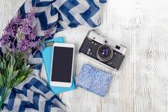 Κινητή κάμερα τραπεζών τηλεφωνικής δύναμης με το ταξίδι σαλιών λουλουδιών Στοκ Εικόνες