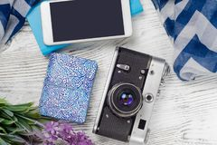 Κινητή κάμερα τραπεζών τηλεφωνικής δύναμης με το ταξίδι σαλιών λουλουδιών Στοκ εικόνες με δικαίωμα ελεύθερης χρήσης