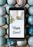 Κινητή κάρτα Πάσχας στην οθόνη, διακοσμητικά αυγά στο μπλε Στοκ Εικόνα