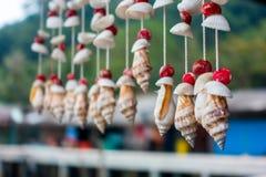 Κινητή κοχύλι διακοσμήσεων ή κουρτίνα θαλασσινών κοχυλιών mobiles που γίνεται από το γ Στοκ Εικόνα
