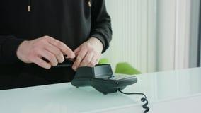 Κινητή πληρωμή με ένα Smartphone απόθεμα βίντεο
