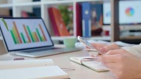 κινητή πληρωμή Χέρια γυναικών που κρατούν την πιστωτική κάρτα και που χρησιμοποιούν το έξυπνο τηλέφωνο απόθεμα βίντεο